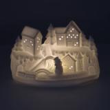 Weihnachtsszene Schneemann vor Häusern, aus Porzellan, mit LED-Licht, 15 cm
